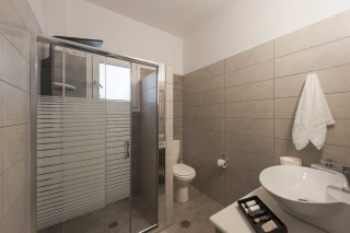 accommodation anixis studios shower